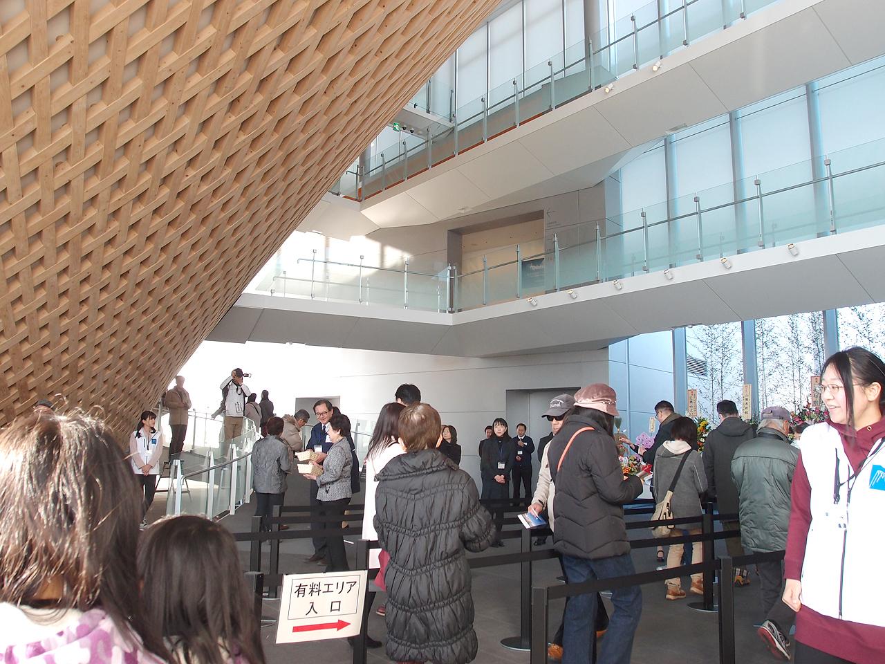 富士山世界遺産センターに入って行く人々